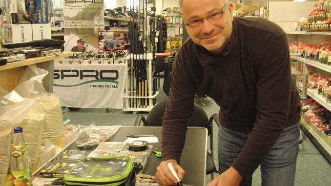 Markus erfüllt jungen Besuchern Autogrammwünsche